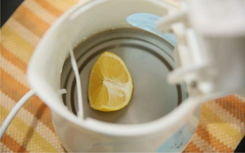 устранить вонь пластмассы в электрочайнике лимоном