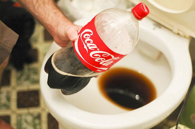 фото чистки унитаза кока-колой