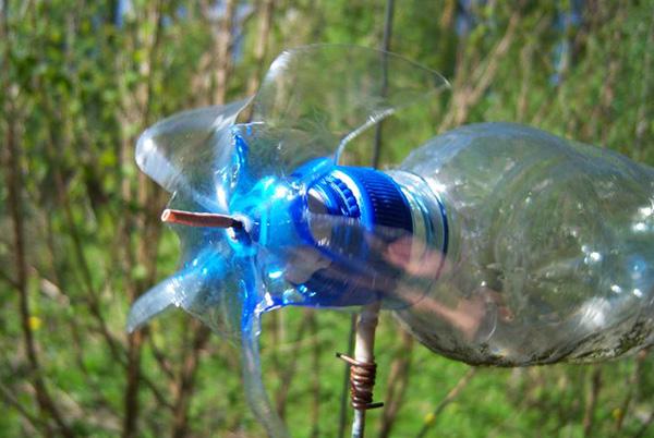 фото отпугивателя кротов из пластиковой бутылки