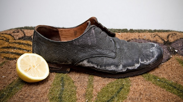 как чистить кожаную обувь от соли лимоном