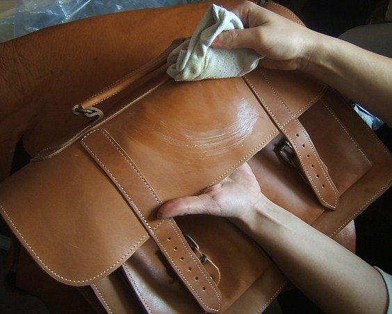 фото как правильно чистить кожаную сумку